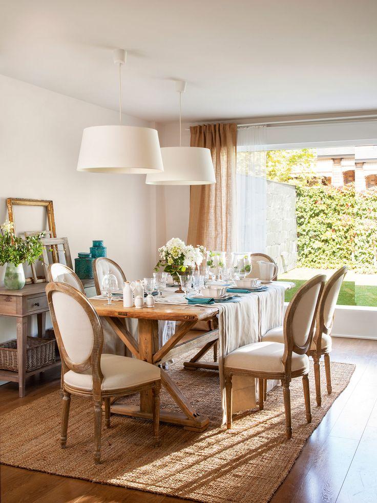 Comedor con sillas clásicas y mesa de madera, alfombra de fibras