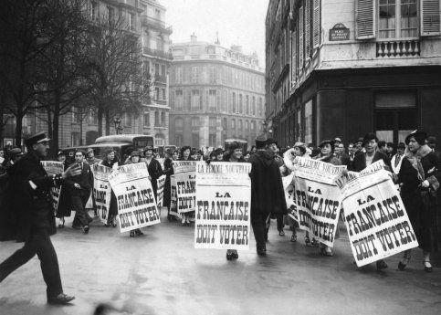 1930. Mouvement des suffragettes.  Les militantes de l'association fondée par Louise Weiss ''La Femme nouvelle'', réclament le droit de vote pour les femmes. Elles l'ont obtenu par l'ordonnance du  21 avril 1944  . La France est un des  derniers pays européens à accorder le droit de vote aux femmes.