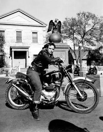 """Il 1 Luglio del 2004 scompare una delle maggiori stelle di Hollywood e uno degli attori più carismatici e di maggior talento della storia del cinema: Marlon Brando. La moto che cavalca è una Matchless usata nel film il """"Il selvaggio"""" (1953). La """"M alata"""" del logo sul serbatoio è rovesciata per rappresentare l'iniziale del nome del suo proprietario, lo stunt Wally Allbright."""