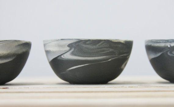 Set van drie kleine keramische kommen in marmeren zwart en wit met glanzende glaze.modern en stedelijke uitstraling. ideaal voor het serveren van olijven en zout en peper. Mooie toevoeging aan de moderne keuken. De schalen gemaakt in slip gieten techniek. Elke kom krijgt kleur afzonderlijk, dus er een verschil tussen de schalen is. Deze techniek produceert een unieke stijl en visuele verschillen tussen de schalen zoals u kunnen zien in de afbeelding. Er lijkt geen kom op naar de andere. Dus…