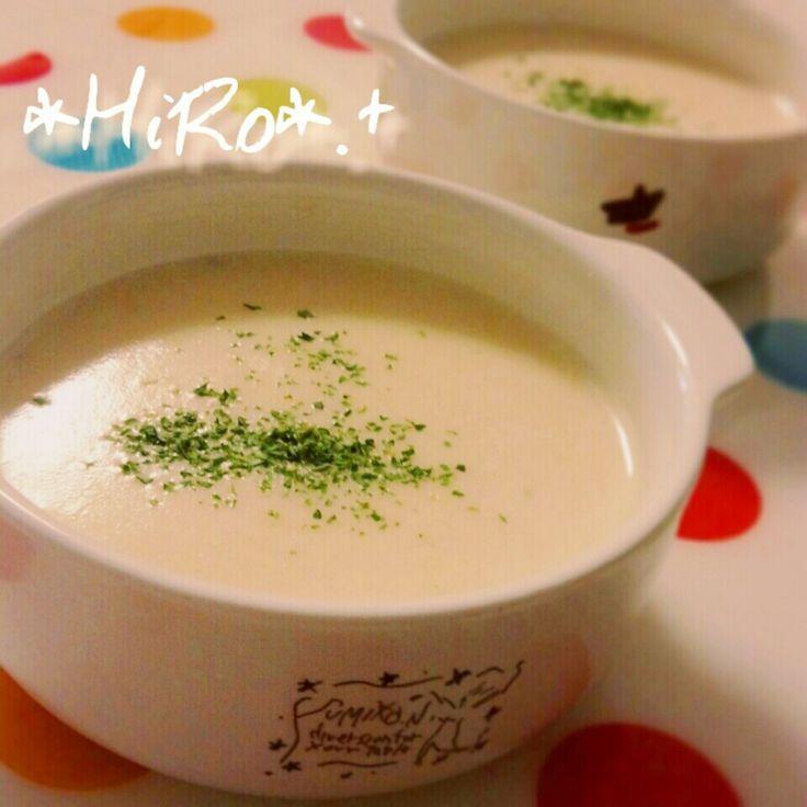 """かぼちゃスープも好きだけど じゃがいもスープも大好きぃぃ (*๓´╰╯`๓)♥ิ  濃厚なポタージュスープです♪  -recipe-  じゃがいも小~中間サイズ②~③個を 皮を剥き、芽を取り除きます。 玉ねぎも1/4個分カットしておきます。  耐熱性ボウルにお水を③~④㎝くらい張り じゃがいもと玉ねぎを一緒に入れて、 ふんわりとラップを掛けて 1000wのレンジで⑤~⑧分チンします。  チンしたジャガイモ、タマネギ、 生クリーム100cc、牛乳400cc、 コンソメキューブ①個、必要であれば 塩胡椒(ハーブソルトetc..)を加えて、 ブレンダーやミキサーでガーーーーーーーっとしたら 出来上がり~ (""""Ü"""")♥*。  ※濃度が濃いときは牛乳の量を増やして 調節してみてくださいネ♪  もっちろん!冷やしてもオイシイです!!"""