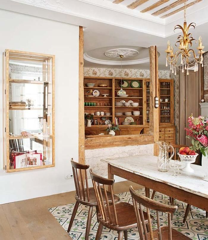 Die Schränke sind rustikal und Vintage, sie zeigen verschiedene Gerichte und Tassen auf eine coole Art