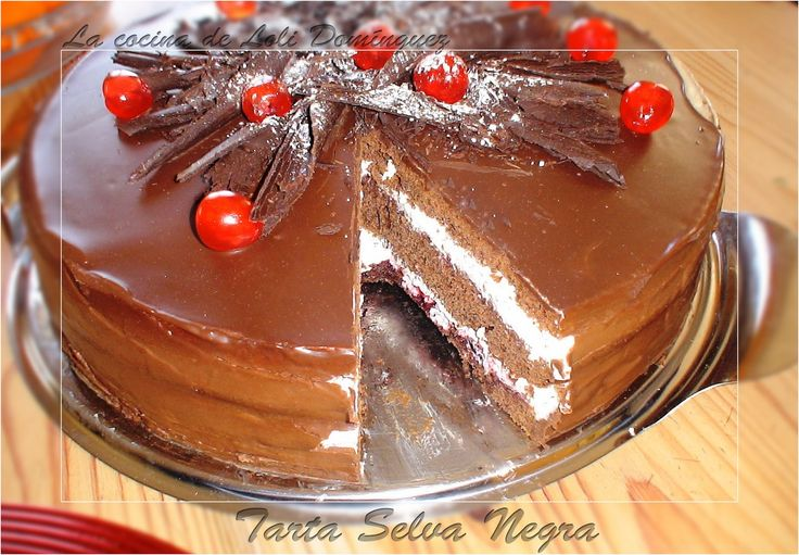 Tarta Selva Negra, la Schwarzwälder Kirschtorte es conocida en castellano como Tarta Selva Negra. Se trata de uno de los postres más conocidos de la cocina de Baden y uno de los más preciados en la cocina alemana. El video en You Tube: http://www.youtube.com/watch?v=9qKEzcSEBbY ----------------- También en mi Blog: http://lacocinadelolidominguez.blogspot.com.es/2013/12/tarta-selva-negra.html