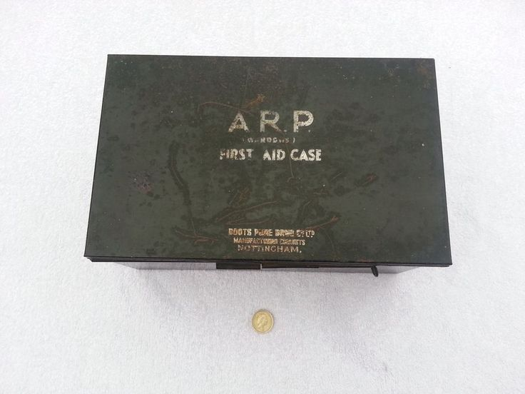 WW11 LARGE HOME FRONT ARP AIR RAID PRECAUTIONS FIRST AID BOX WITH CONTENTS.