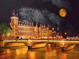 Another famous destination at night in Paris