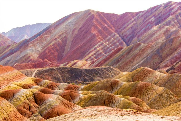 ZHANGYE DANXIA LANDFOM (MUNTII CURCUBEU), CHINA Acest parc geologic de 400 km2 este unul dintre cele mai uimitoare locuri din lume. Zhangye Danxia este dovada vie ca natura este un artist desavarsit, culorile neobisnuite sunt date de gresia si mineralele care s-au acumulat timp de 24 de milioane de ani.