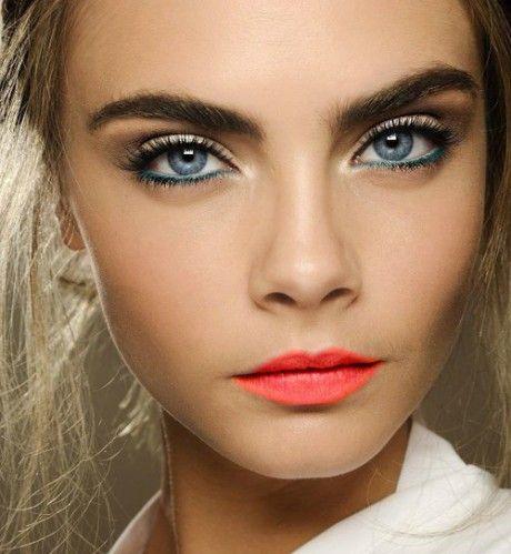 Nas passarelas, modelos como a top Cara Delavingne exibem sobrancelhas espessas e desalinhadas