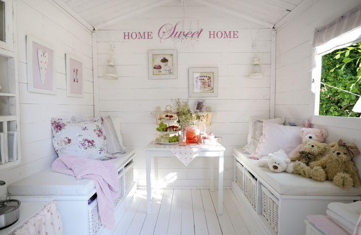 """<p>Dukkestuen er innredet i hvitt og rosa; velger man to farger som et utgangspunkt, er det enkelt å få en fin helhet. """"Sofaene"""", som også fint kan brukes som senger, er entrémøbler fra Skeidar. Kurvene under gir praktisk oppbevaringsplass. Bordet er fra IKEA, """"liftgardinet"""" er en stoffserviett fra Riviera Maison som er festet med små spikre. På veggen er det satt opp et hyggelig veggord fra Happylines, som leverer skreddersydde stickers i akkurat den fargen og størrelsen man ønsker. De…"""