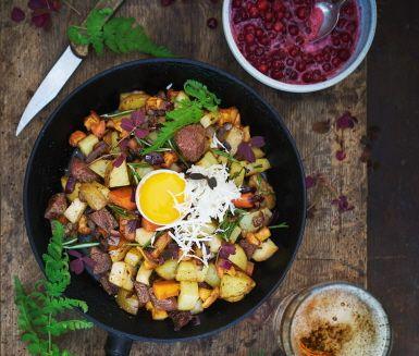 Lyxig pyttipanna lagad på valfri viltsort – en favorit i höstmörkret! Ge köttbitarna en härlig stekyta innan du blandar i resten av ingredienserna. Servera med klassiska tillbehör