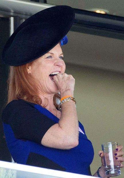 Dans sa robe bleu électrique, elle était immanquable, vendredi aux traditionnelles courses d'Ascot, en Angleterre. Sarah Ferguson, duchesse d'York, était présente à ce rendez-vous obligé de la famille royale britannique.