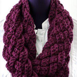 http://crochetmarifu6a.blogspot.nl/2016/10/how-to-crochet-easy-woven-scarf-cowl.html?m=1