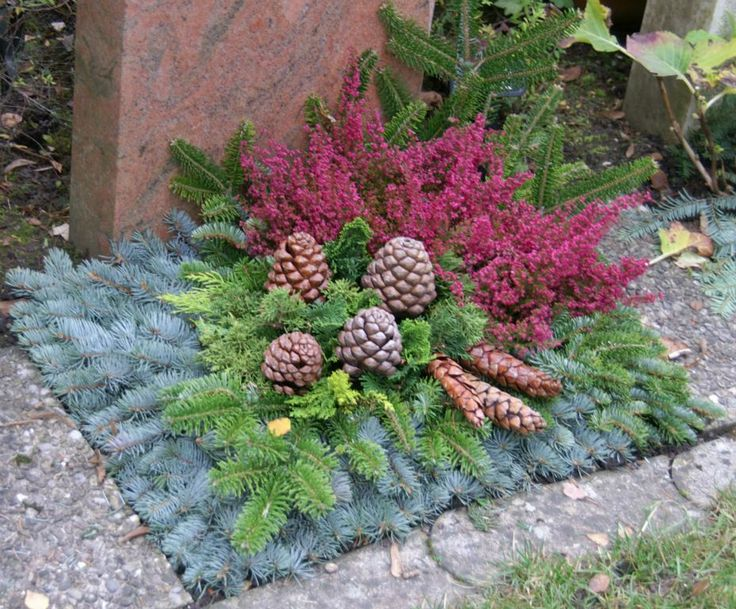 Spectacular Grave decoration for the autumn winter Contains heather uErica u pinecones and fir branches Florist Grave decoration Gravsmyckning Pinterest