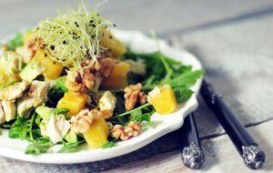 Avocado salade met ananas, kip en walnoten