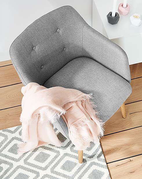 Pures Wohngefühl: Skandinavisches Design & Möbel - bei Tchibo // Wäre doch eine gute Ablage für unsere Klamotten