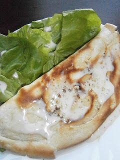 Crêpe salée à la crème au brie et aux noix, et salade verte
