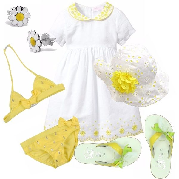 Delizioso abito bianco con dettagli gialli, abbinato a cappellino in pizzo sangallo con fiore giallo. Bikini giallo con fiocchi. Ciabattina infradito gialla e verde con fiore bianco. Deliziosi orecchini a forma di margherita.