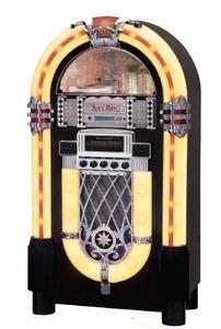 Ricatech RR950 XXL Retro Jukebox. Deze jukebox wordt compleet geleverd met een CD speler die mp3-bestanden leest en digitale AM / FM-radio. Aan de achterzijde van de jukebox treft u de aux-ingang, externe luidsprekeraansluiting en de lichtregelaar aan. Met de aux-in kunt u elke mp3-speler, smartphone of (tablet) PC aansluiten. De aux-uit geeft u de mogelijkheid de jukebox op elk entertainment systeem aan te sluiten.