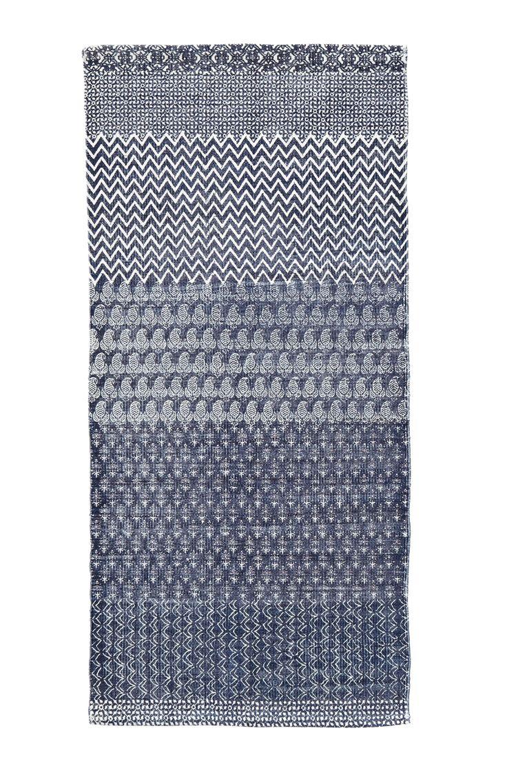 Handvävd matta med tryckt mönster. Av 100% bomull. Tvätt 40°. Tvättas separat. Stl 70x150 cm.  För ökad säkerhet och komfort, använd halkskyddsmatta som håller din matta på plats. Halkskyddsmattan finns i flera olika storlekar.
