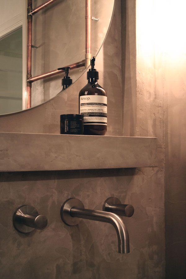 de timmerende architect badkamer met betoncire / koperen radiator / zeliges