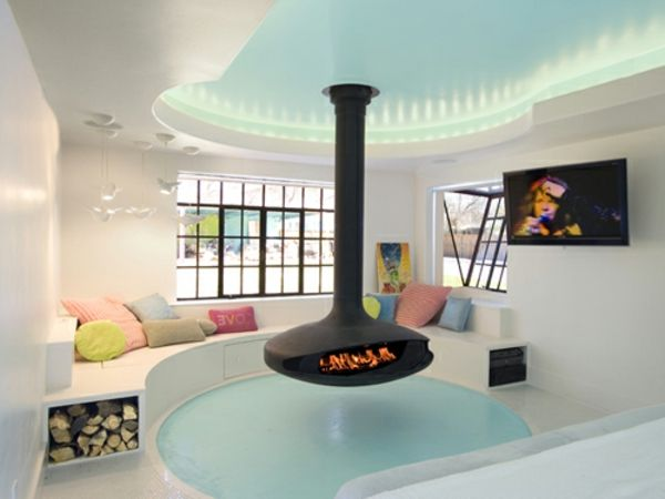 Baddesign mit einer feuerstelle, bunten dekokissen, tv und große ...