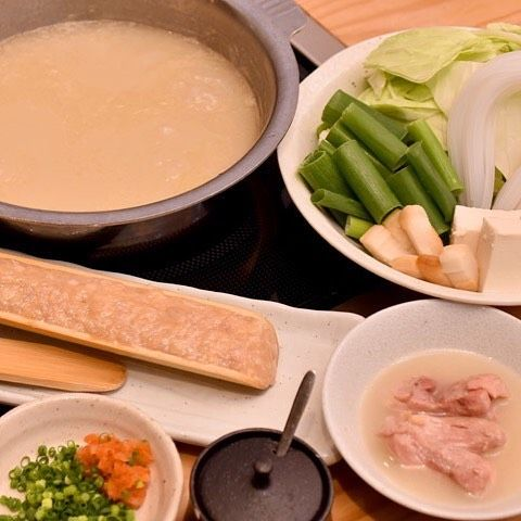 Tokyo Calendar 水炊き 鼓次郎 『水炊き 鼓次郎』の、水炊き(2人前)。鶏の旨みが凝縮された濃厚スープは、虜になるほどのおいしさ。 #東京カレンダー #東カレ #田町 #水炊き鼓次郎 #水炊き