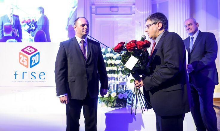 Fundacja Rozwoju Systemu Edukacji z okazji jubileuszu została również uhonorowana bukietem pięknych kwiatów przez prezydent Warszawy Hannę Gronkiewicz-Waltz.