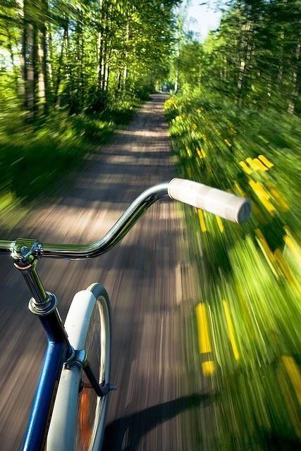 Door de vage en beweeglijke achtergrond en de heldere voorgrond voelt het bijna alsof je zelf op de fiets zit en voor je kijkt.