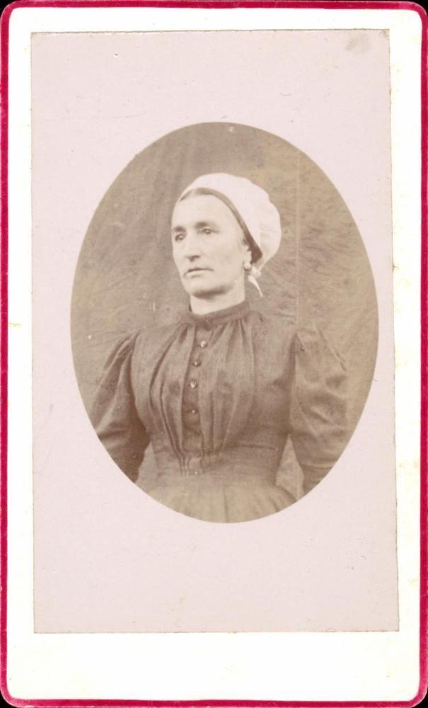 CDV buste femme foulard blanc robe sombre anonyme vers 1890