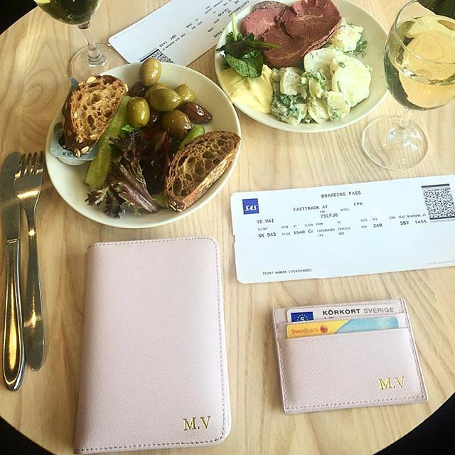 @flysas business class bound for #Chicago is always a good idea 🍸@maimariavu shows us her pass port and card holder in pink with initials in gold. Get yours at www.deriwe.com ✈️ #deriwe #flysas #businessclass #newkidontheblock