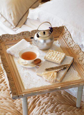 Un plateau pour le petit-déjeuner dans un cadre ancien.