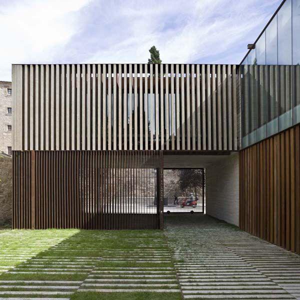 Fachadas con listones de madera sede y fundaci n - Listones de madera para exterior ...