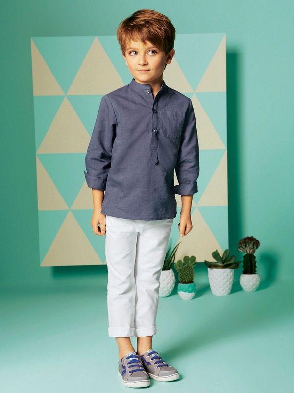 Ensemble garçon Vertbaudet - Pantalon blanc, tennis grise à lacets bleus, chemise denim bleue #mode #garcon #adolescent #enfant #mariage #religieuse #tenue #bapteme #hiver #ete #été
