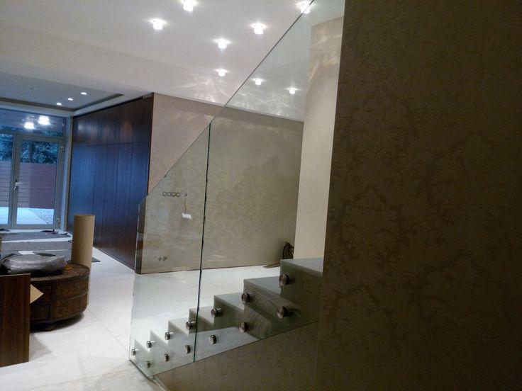 Sklenené zábradlie v interiéry uchytené na samonosné body