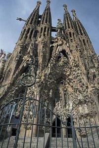 Sagrada Familia este singura catedrala de mari dimensiuni din lume.  http://www.viziteazalumea.ro/stiri/sagrada-familia-un-templu-unic-in-lume/