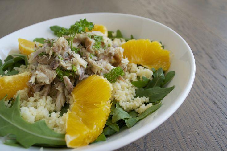 Salade van gerookte makreel, sinaasappel, rucola, peterselie, ui en couscous