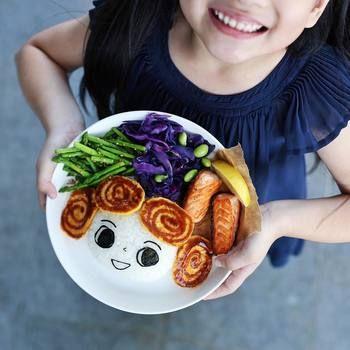 アスパラ、紫キャベツ、オムレツ、焼き鮭。。。娘さんの大好きな食べ物を詰めた作品。可愛らしいだけではなく、新鮮な材料を使いヘルシーなプレートにとってもこだわりがあるのもサマンサさんのプレートの魅力☆