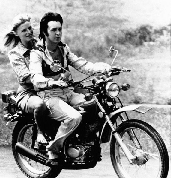 Пол и Линда Маккартни,едут на мотоцикле с пресс-конференции в Нэшвилле, штат Теннесси 18 июля 1974 года.