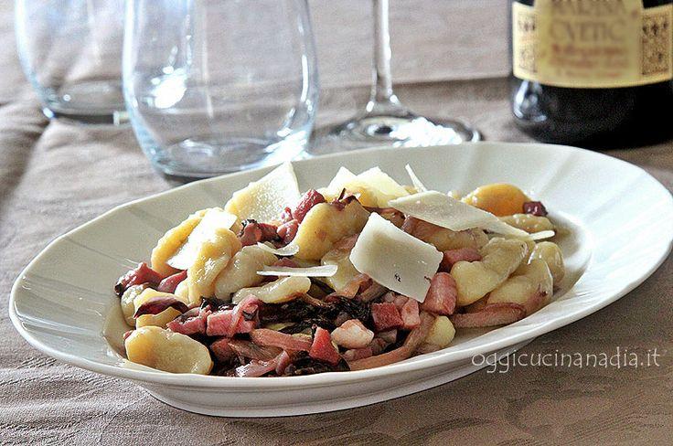 Gli gnocchi radicchio e speck sono un primo piatto dal sapore stuzzicante dove si sposano bene il gusto deciso e affumicato del radicchio e dello speck