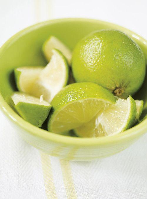 Rôti de porc mojo, Marinade :  125 ml (1/2 tasse) de jus d'orange; 30 ml (2 c. à soupe) de jus de lime; 2 échalotes françaises, pelées; 6 gousses d'ail, pelées; 60 ml (1/4 tasse) d'huile d'olive; 45 ml (3 c. à soupe) de cassonade;  2,5 ml (1/2 c. à thé) de cumin moulu