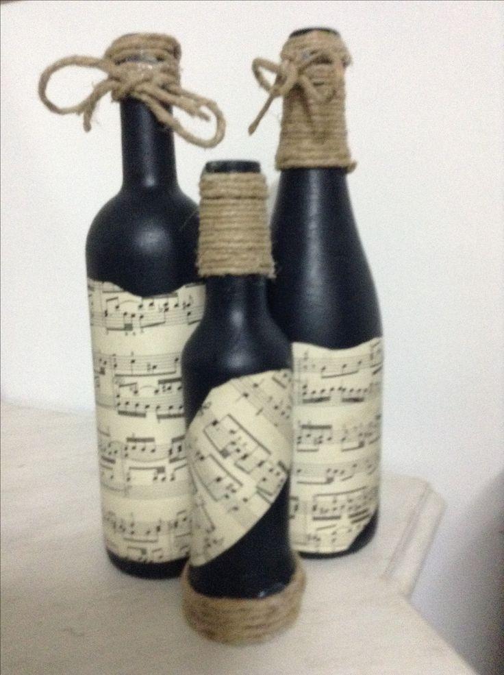 """Le prime e sempre le preferite.... Tre bottiglie dim diverse, VIntage Paint Black Velvet, cera nera VP, spartiti incollati e finitura con corda iuta... Vicino all'angolo """"musica"""" me ne sono innamorata da sola!!!!!"""