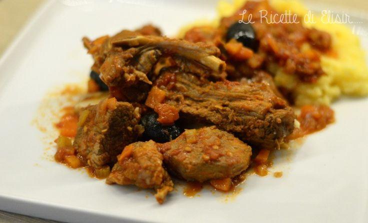 La ricetta che prepareremo oggi è il cinghiale alla cacciatora con olive nere. http://blog.giallozafferano.it/ricettedielisir/cinghiale-alla-cacciatora-con-olive/