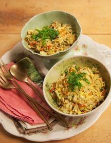 Cansou de transformar as sobras de arroz em bolinho? Com poucos ingredientes você consegue preparar uma refeição a jato, reaproveitando o arroz, depois de um dia de trabalho corrido.