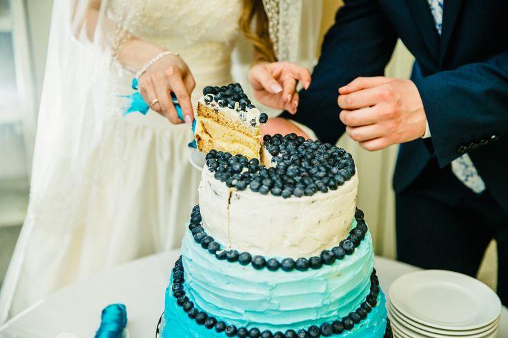 Cream cake with Ombre effect and fresh blueberries, Нежный кремовый торт Омбре с черникой,Wedding cake decorated cream with a effect Ombre and juicy blueberries- торт с черникой