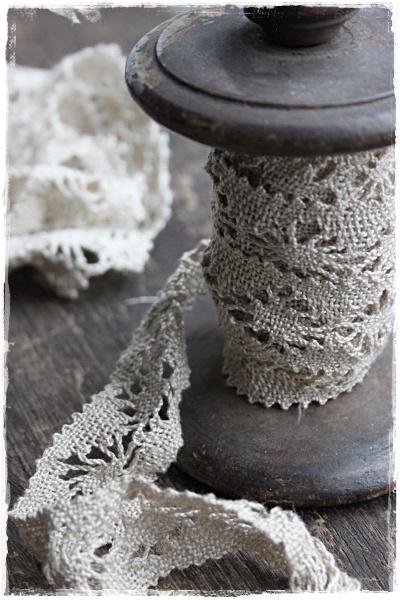 Brocante spoel met oud kant