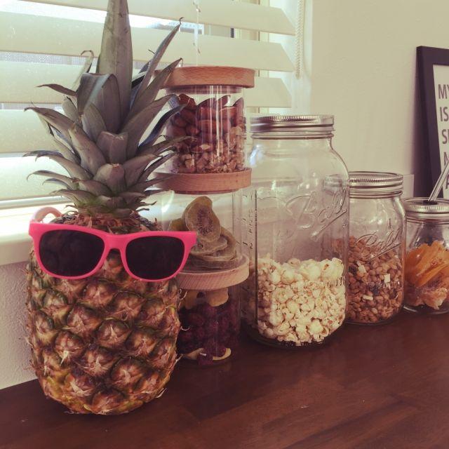 グラノーラディスペンサー/グラノーラ/ドライフルーツ/パイナップル好き/ウッドブラインド…などのインテリア実例を紹介。「キッチンの後ろの棚には常に大好きなパイナップルを置いてます!今日はサングラスをかけてみました!」 (この写真は2015-02-11 05:03:14に共有されました。)