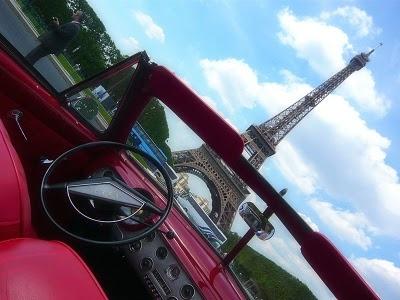 Rassemblement de voitures anciennes devant la Tour Eiffel