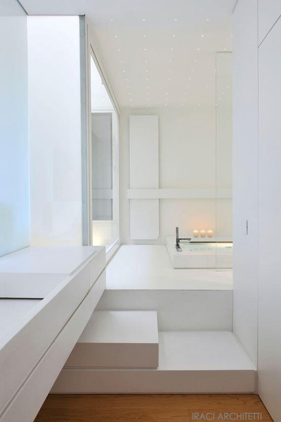 Zona bagno con pavimento in differente materiale ad individuare zona vasca e doccia. Tono su tono. Termosifone pannello Tubes. Idee Case Canuto