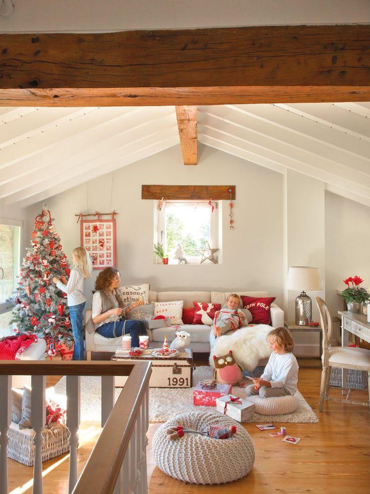 En la buhardilla  Un espacio perfecto para los niños. Sofá de Ikea. Escritorio y silla, en Oficios de Ayer. Baúl que hace de mesa de Hanbel.