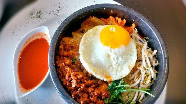 El Bibimbap es un plato asiático de Corea hecho a base de carne, huevo, vegetales frescos y generalmente, arroz blanco. ¡No te imaginas lo delicioso que es!