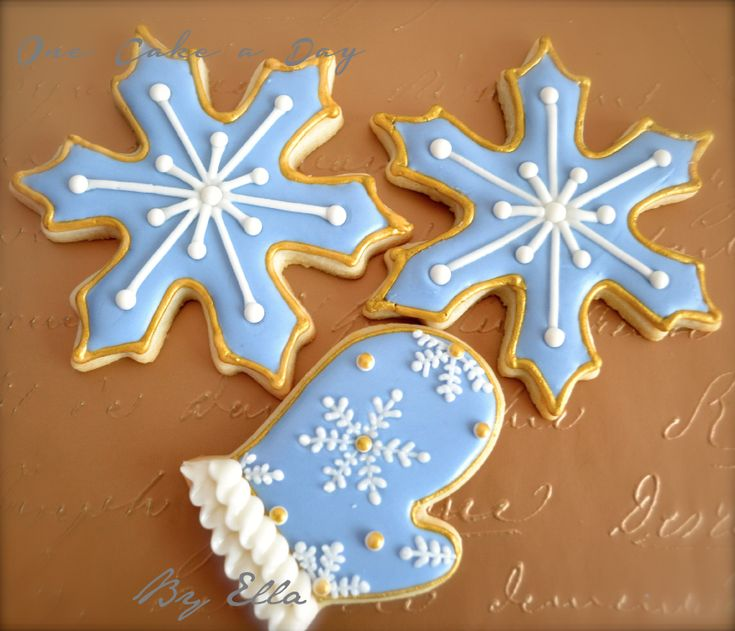 Christmas is almost here and you need to start to think about cookie exchange parties, gifts for your neighbors, cookies for your family and so on. So here I have a Snowflake  and mitten cooki...